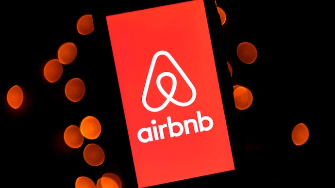 Пандемія спричинила скорочення кількості туристів, та, як наслідок, й орендодавців, на сервісі Airbnb – через це вартість оренди житла у туристичних центрах впала на близько 15%.