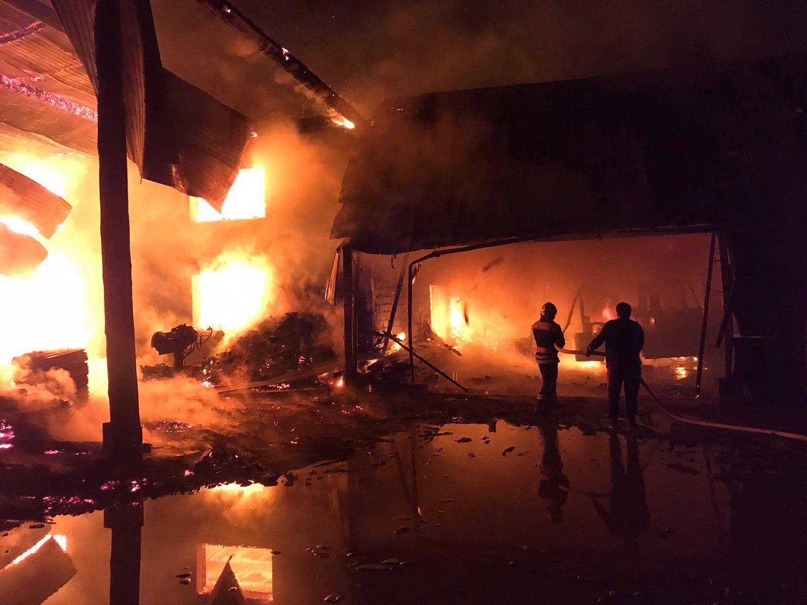 19 сентября в 01:03 в экстренную службу поступило сообщение о пожаре в селе Дубово Тячевского района. На ул. Загорелось здание деревообрабатывающего завода и сарай.