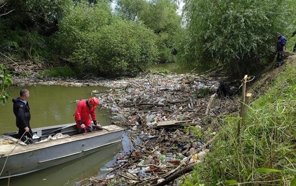 Весняні паводки винесли до берегів річки пластикові пляшки, пакети та засоби індивідуального захисту.