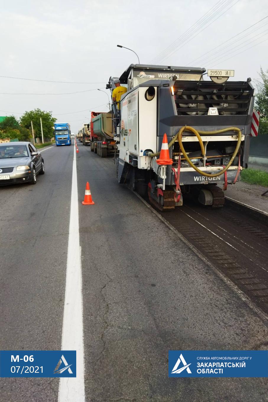 Тривають роботи з відновлення дорожнього покриття по трасі М-06 Київ-Чоп у межах Ракошино