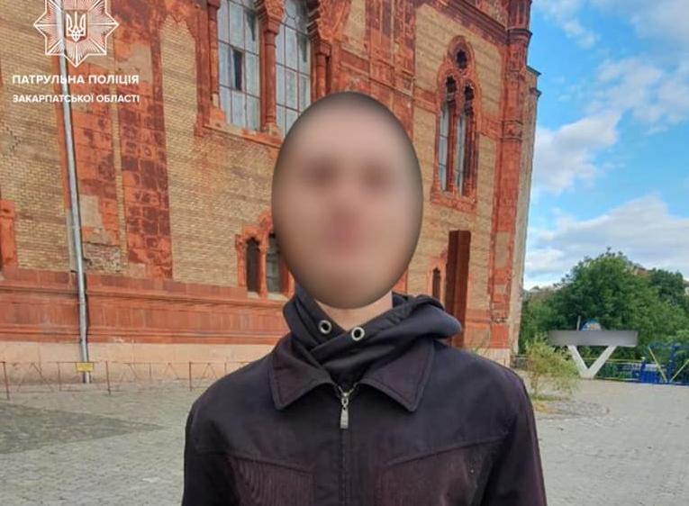 Около 17:00 подозрительного человека заметили во время службы ТОРИВцев на площади Фенцык в Ужгороде. Неизвестный мужчина вел себя подозрительно и заметно нервничал, когда увидел инспекторов.