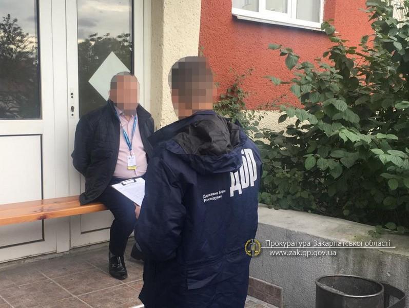 Попередньо встановлено, що посадовець вимагав від громадянина Румунії 400 дол США за реєстрацію та видачу посвідки на тимчасове проживання.