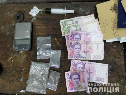 За причетність до збуту психотропних речовин 32-річного жителя села Буштино взято під варту з можливістю внесення застави.