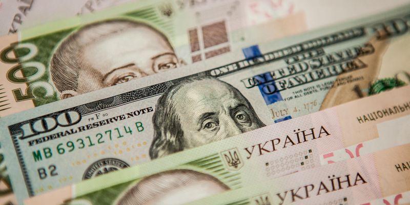 Торги на міжбанку завершилися різким зниженням нацвалюти. Курс долара в продажу зріс на 20 копійок - до 26,56 грн/дол, курс у покупці піднявся на 31 копійку - до 26,53 грн/дол.