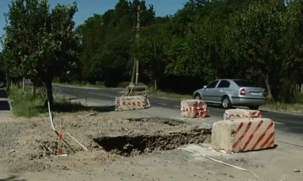 Ще в червні минулого року Мукачівська міська рада розіграла три тендера на суму 9 млн 700 тис грн на капітальний ремонт вулиць Мусоргського, Римського-Корсакова та Чендея.