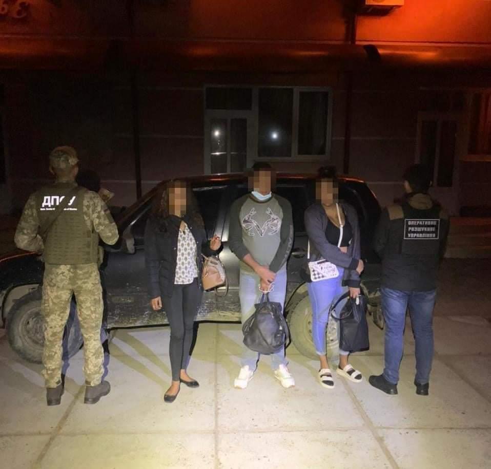 Трьох нелегальних мігрантів затримали учора вночі прикордонники Мукачівського загону неподалік від кордону з Угорщиною.