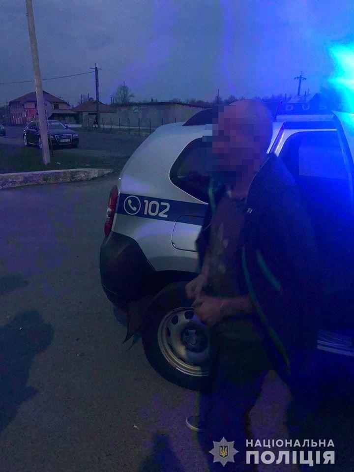 Вчора, 13 квітня, близько 19:20, до поліції надійшло повідомлення про підозрілу особу, яка зі зброєю ходить неподалік прикордонної застави.