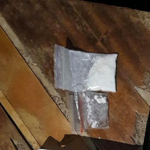 Працівники Рахівського відділення поліції під час обшуку 21-річного чоловіка вилучили поліетиленові пакети з речовиною, ззовні схожою на амфетамін.