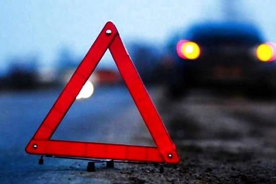 У результаті зіткнення 21-річний водій легкового автомобіля та його 45-річна пасажирка отримали травми.