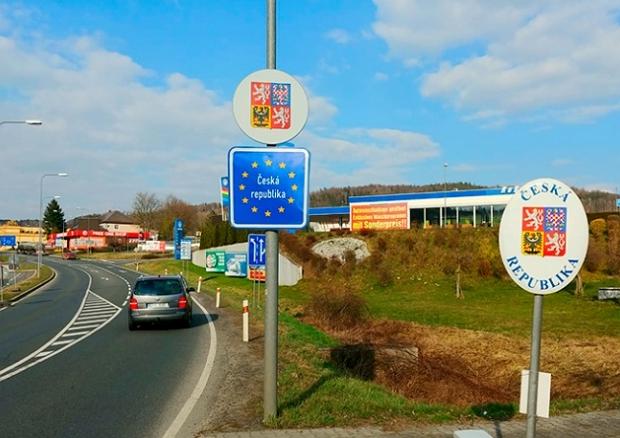 З 14 квітня громадянам і постійно проживаючим в Чехії іноземцям дозволили виїзд з країни (з подальшим поверненням) при наявності обґрунтованих і невідкладних причин.