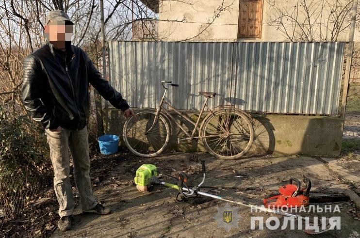 Житель селища Королево викрав з підсобного приміщення односельця електроінструменти на суму близько 10 тисяч гривень. Місцеві поліцейські впродовж кількох годин розкрили цей злочин.
