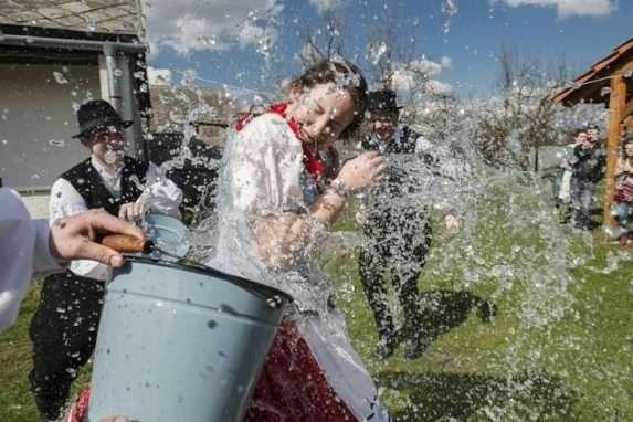 Традиционно, на второй день после Пасхи, в Закарпатье отмечается 1/800-й водоканал.