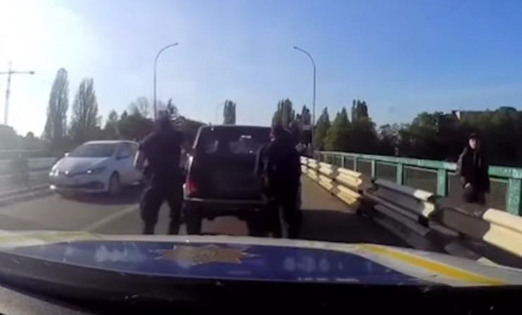 Патрульні роти ТОР допомогли водієві, у якого вийшло з ладу авто.