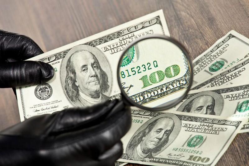 В Україні в обігу фальшиві долари, у зв'язку з цим економіст Євген Невмержицький закликав купувати валюту тільки в банках або офіційних обмінниках і уважно перевіряти кожну купюру.