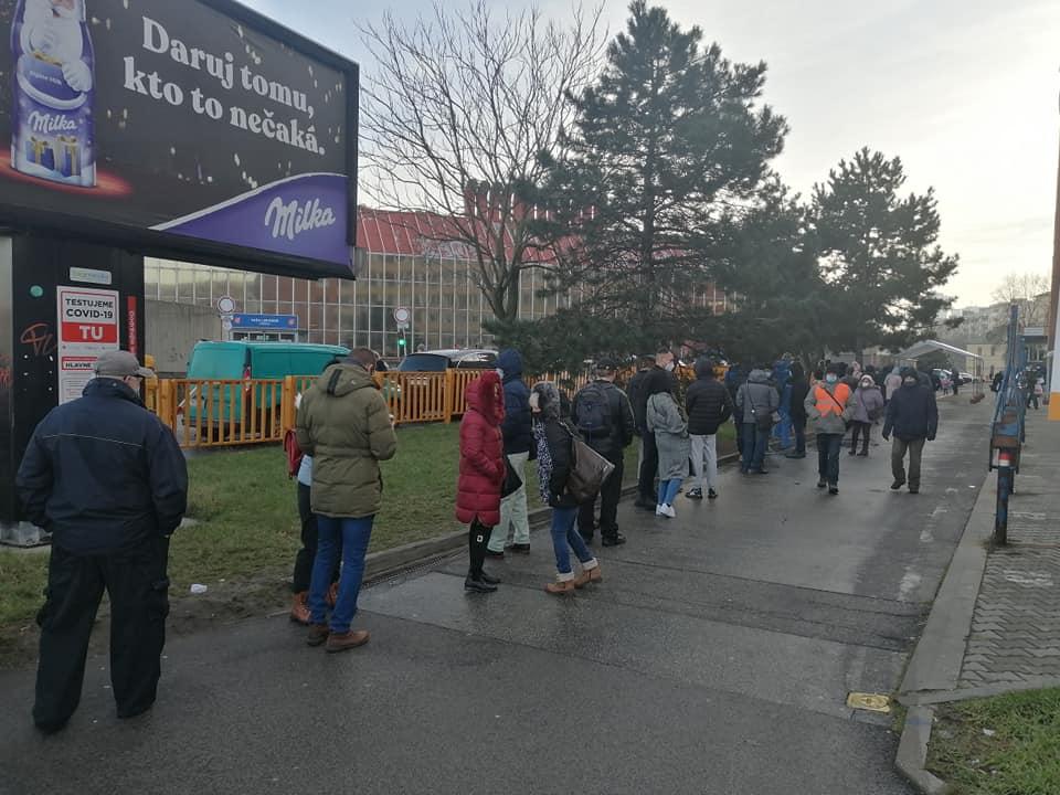 У Словаччині  знову почали масове тестування на  COVID-19. Міністр охорони здоров'я Марек Крайчі повідомив, що загальнонаціональний скринінг відбудеться з 18 січня і закінчиться 26 січня.