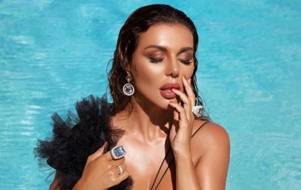 Анна Седокова опубликовала фото и видео в соблазнительном изображении из нового клипа, а также анонсировала выход альбома.