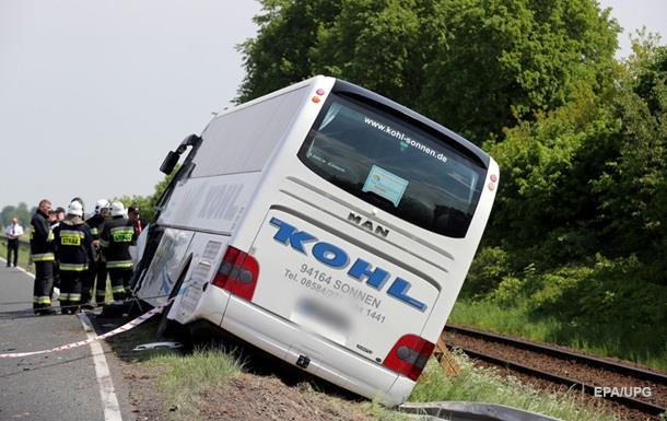 Внаслідок дорожньо-транспортної пригоди дві пасажирки отримали важкі травми і перебувають у лікарні.