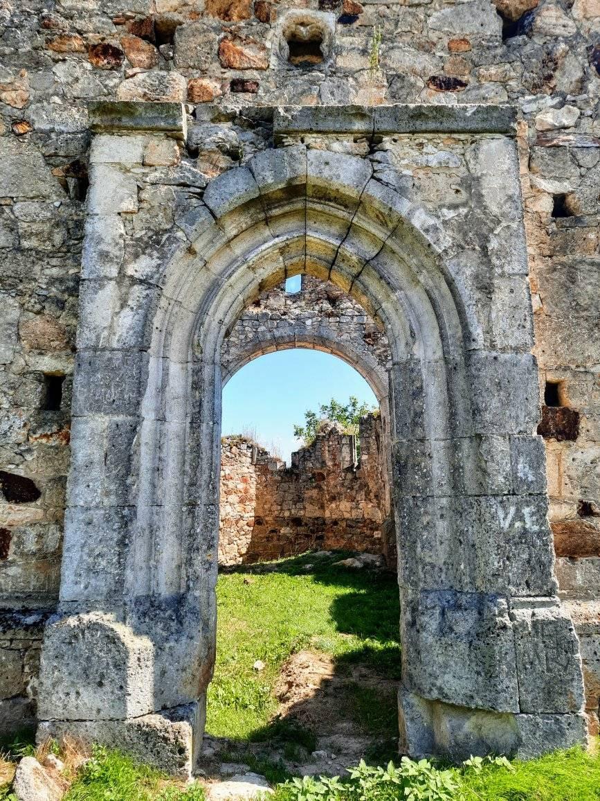 Руїни старовинного храму можна побачити посеред поля з прової сторони перед вїздом до села Мужієво з боку Берегова.