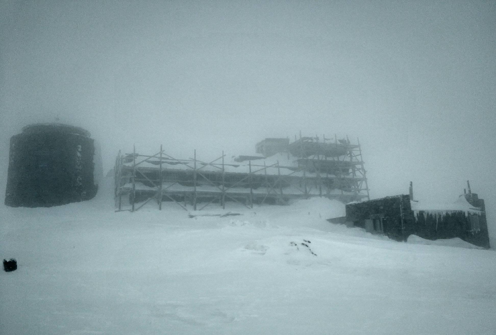 В высокогорье ветер и туман.
