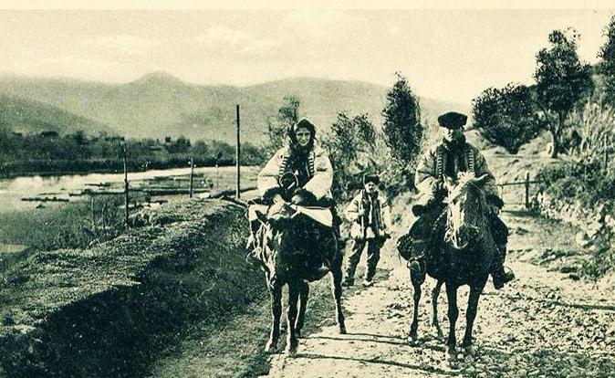 В мережі оприлюднили фото, як закарпатці їздили на кониках – гуцуликах