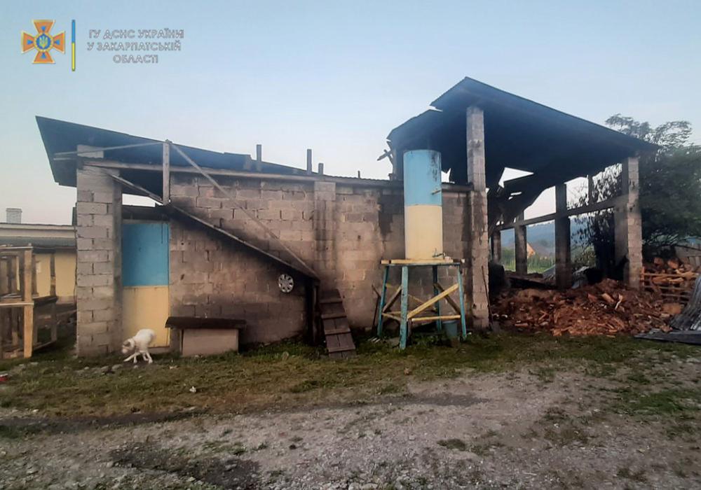 18 липня о 04:15 до Служби порятунку надійшло повідомлення про загорання навісу на території деревообробного підприємства.