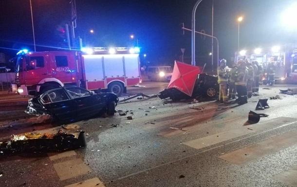 Автомобіль BMW, на якому подорожували українці, на великій швидкості врізався в стовп і розвалився на дві частини.