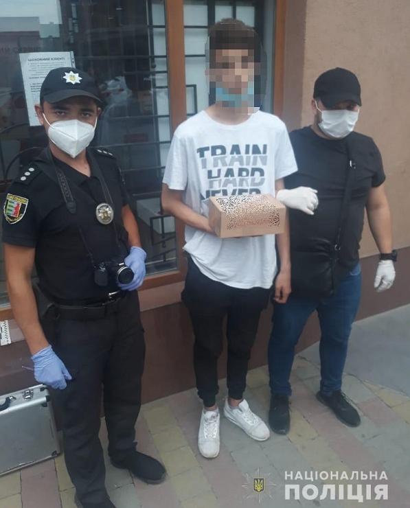 Працівники Управління протидії наркозлочинності ГУНП в Закарпатській області вилучили в юнака пакет з метамфетаміном.
