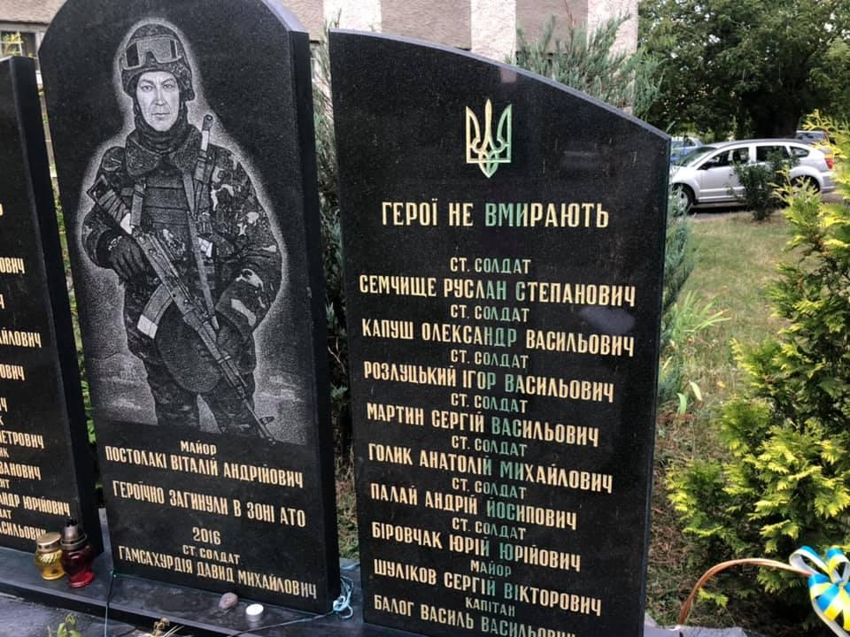 Нелюди облили зеленкою меморіал загиблим воїнам в російсько-українській війні на площі імені майора Віталія Постолакі в Ужгороді.