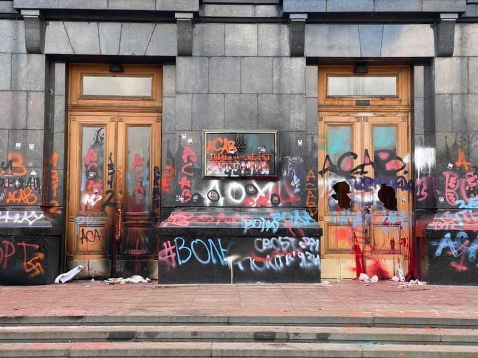 У неділю, 21 березня, Офіс президента показав, який вигляд має будівля після акції на підтримку Стерненка та назвав сумузбитківвід пошкоджень.
