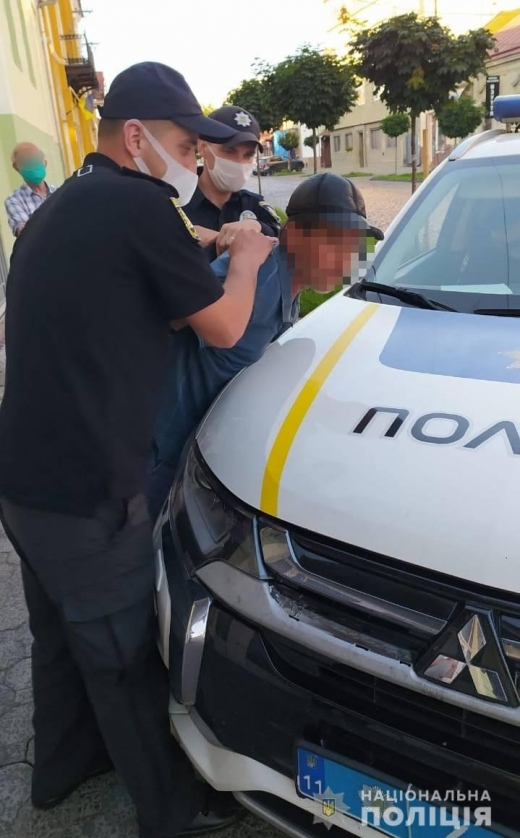 Грабіжник, який вже раніше був судимий за аналогічний злочин, заволодів телефоном 69-річного мукачівця на вулиці у багатолюдному місці. Перехожі помітили злочинця і допомогли затримати його.