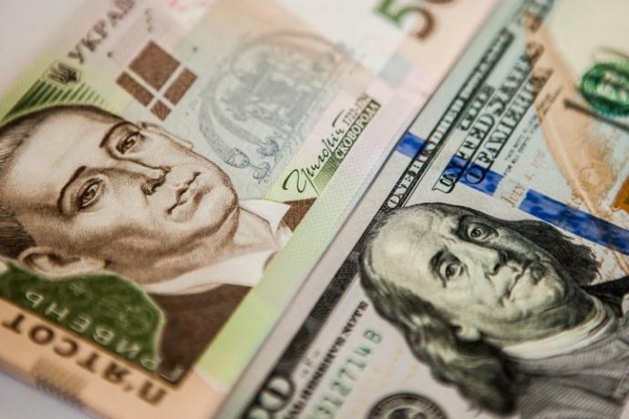 Гривня в офіційних курсах Національного банку України девальвує вже тиждень поспіль.