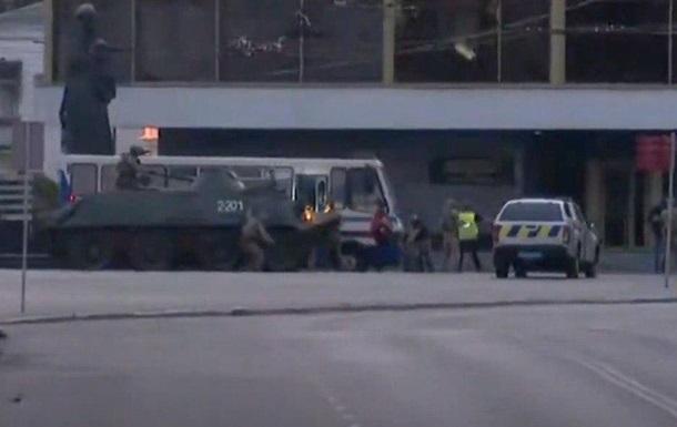 Силовики затримали терориста, який півдня тримав у заручниках людей в центрі Луцька.