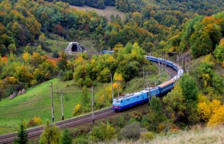 «Укрзалізниця» до святкових днів у травні запустить 11 додаткових поїздів до Закарпатської області.