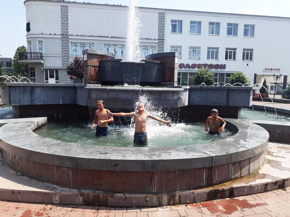 Кілька дітлахів залізли у воду в фонтані й влаштували там розваги.