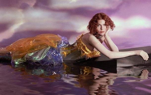 В результаті нещасного випадку в Греції загинула британська співачка Sophie. Вона посковзнулася і впала з висоти.