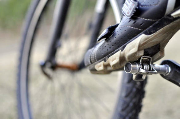 Закарпатець їхав на велосипеді по слизькій дорозі, упав і помер на місці