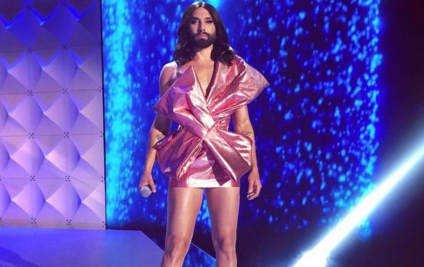 Исполнитель обновил свой эпатажный образ, добавив в него необычные детали. Кончита предстала в мужской джинсовой безрукавке.
