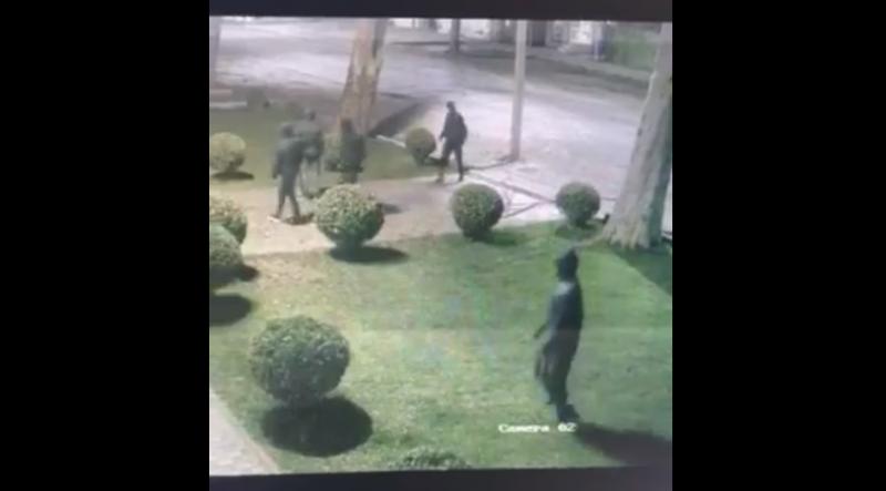 Зухвале пограбування в Мукачеві зафіксували камери відео спостереження. Просять допомогти впізнати учасників злочинної групи.