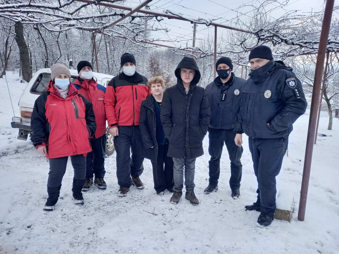 На поиски подростка отправились специалисты Иршавового горного поисково-спасательного отдела, сотрудники полиции и местные жители.