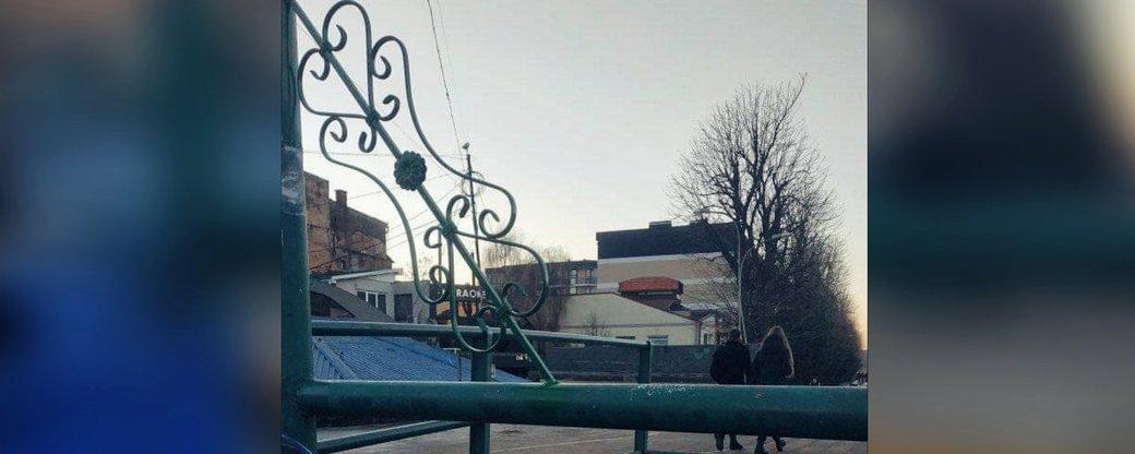 В Ужгороді на пішохідному мосту 10 грудня з'явилася металева конструкція.