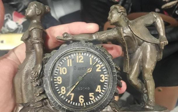 У ході огляду у жінки виявили антикварний годинник, радіаційний фон якого перевищував норму у 10 разів.