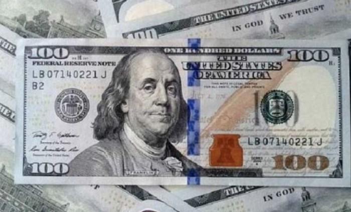 До закриття міжбанку американський долар у купівлі подешевшав на 4 копійки, у продажу — на 5 копійок.
