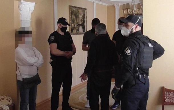 Раньше его выдворили из Украины и запретили въезд на пять лет. Мужчина собирал вокруг себя сторонников и планировал взять под контроль преступные группы региона.