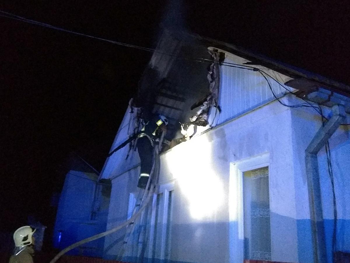 В Ереховском районе, вероятно, короткое замыкание привело к возгоранию дома.
