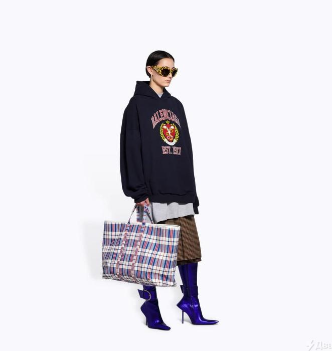 Французький модний бренд Balenciaga випустив продовольчу сумку в клітинку. Її вартість понад 2 тисячі доларів.
