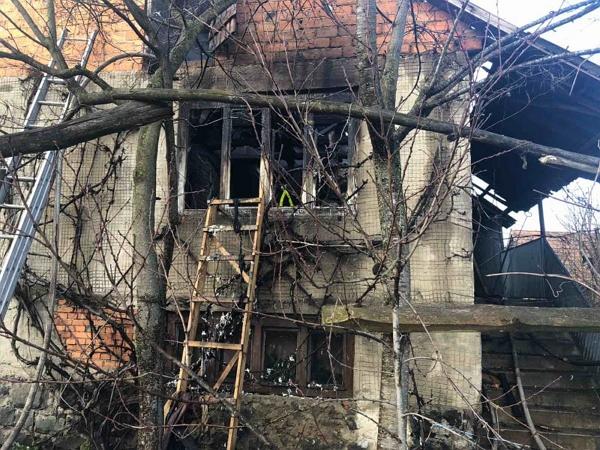 12 лютого об 11:26 до рятувальників надійшло повідомлення про пожежу в смт Вишково Хустського району. Там на вул. В.Стуса горів приватний житловий будинок.