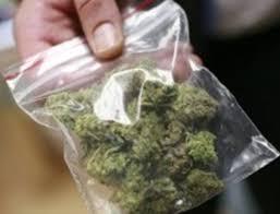 Чоловіка затримали «на гарячому» та виявили в нього прозорий поліетиленовий пакет із забороненою речовиною.