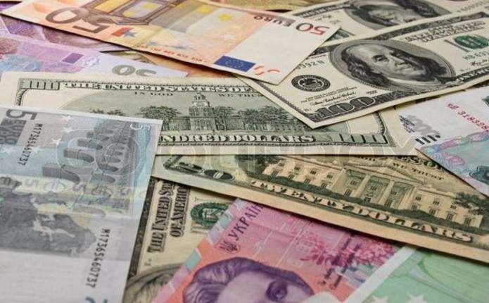 Перед вихідними офіційний курс долара знижено майже на 18 копійок, а євро - більш ніж на 38.