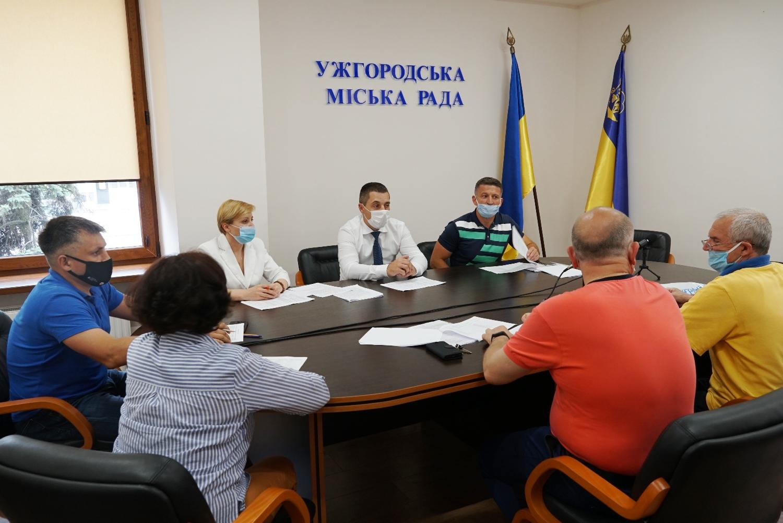 До кінця цього року їм виплачуватимуть по 2 000 гривень із міського бюджету, інформує управління у справах культури, молоді та спорту міськради.