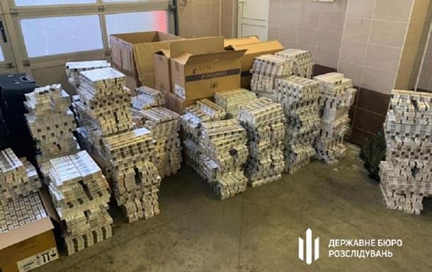 У контрабандних схемах брали участь співробітники українського посольства в Польщі. Вони спіймалися на перевезенні службовим мікроавтобусом золота, доларів, євро, злотих, а також тютюнових виробів.